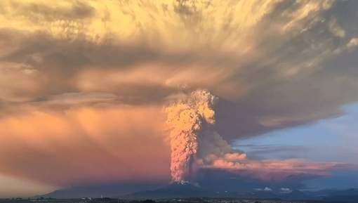 Titel : Spectaculaire timelapse legt verwoestende pracht van uitbarstende Calbuco -Vulkaan bloot.  Bron : HLN Datum : 24/04/15 Plaats : Chili