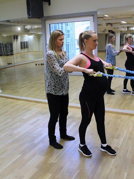 Treningsøvelser - Pass på at ikke skuldrene kommer for høyt opp, retter Jill Jahrmann på June Schierning. - Foto: Karina Kaupang Jørgensen / NRK