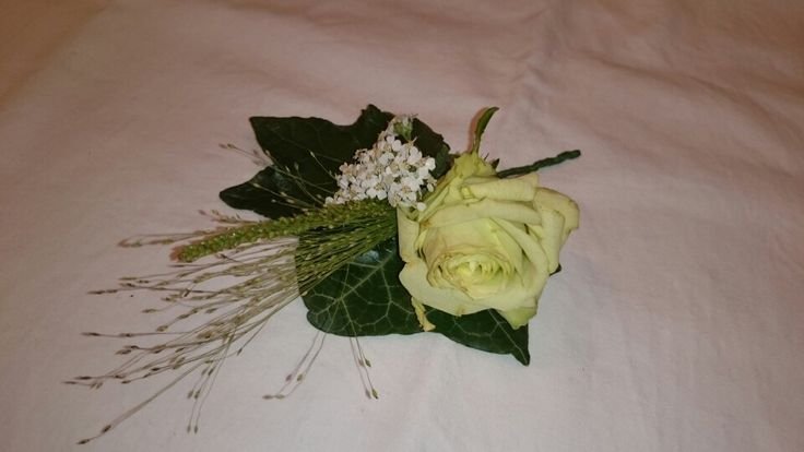 Klassieke draadgebonden corsage met hederablad en witte roos