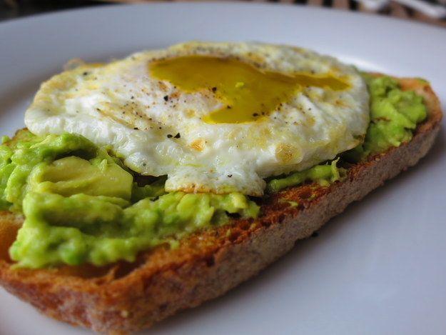 Torrada de pão integral com ovo frito e abacate amassado. | 14 receitas para te salvar do terror do pão integral de todo dia