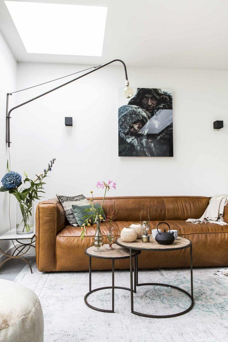 Woonkamer met bruin leren bank en ronde tafeltjes | Living room with brown leather coach and round tables | vtwonen 12-2017 | Fotografie Henny van Belkom