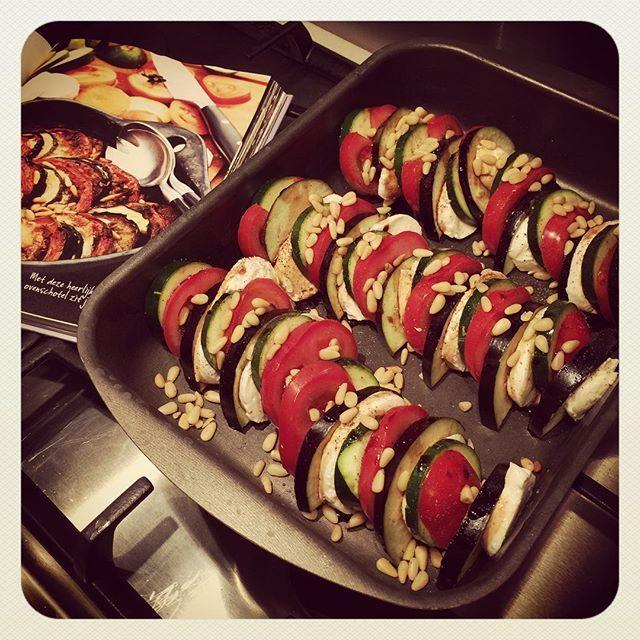 Over 30 minuten: ETEN! Overschoten met tomaat, aubergine, courgette en mozzarella. #puurgenieten #pascalenaessens #mijnpurekeuken #ovenschotel #gezond #slank