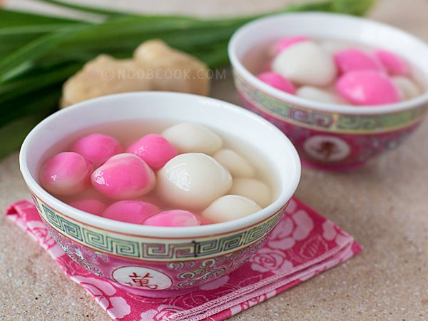"""Tang Yuan dessert 汤圆糖水 Tang Yuan or glutinous rice balls (汤圆) is a Chinese snack often eaten during Winter solstice aka """"dong zhi"""" (冬至), which usually falls on the 21st or 22nd of December; """"yuan xiao"""" (元宵) which is the 15th day of Chinese New Year; or any auspicious family"""