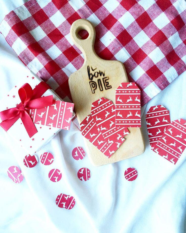 В @bowpie.party выложила один из четырёх придуманных мной наборов для украшения новогоднего ужина или кенди бара. Красный и с оленями. Очень меррикристмас