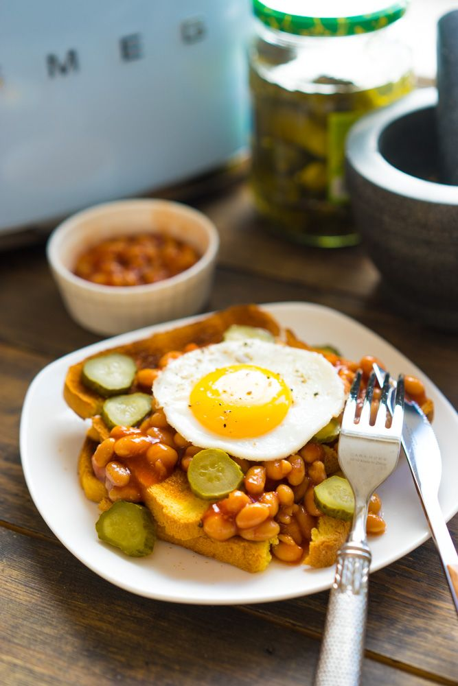 Идея завтрака: тосты с фасолью и яичницей Предлагаю разнообразить завтраки ещё одним быстрым рецептом. Готовить здесь почти ничего не нужно, ну разве что яичницу. Ингредиенты простые и можно держать их в холодильнике постоянно. Особенно оценят завтрак любители томатных соусов. Хрустящие гренки с огурчиками прекрасно сочетаются с фасолью и яичницей. Ну и самое волшебство — проколоть...