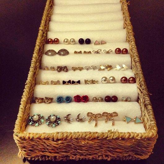 Para confeccionar um organizador de anéis e pequenos brincos basta encapar vários rolinhos de papelão com veludo e acomodá-los dentro de uma caixa - Ademilar