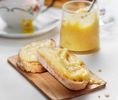 Gudomlig hemgjord lemon curd är inte så avancerat att fixa själv. För receptet behöver du citroner, ägg, socker och smör. Underbart att servera till nybakt bröd!