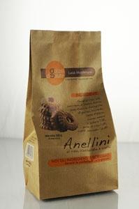 ANELLINI DI RISO, CIOCCOLATO E CAFFE: Friabili paste frolle al riso, profumate con cacao e caffe', con una crosta croccante di zucchero semolato e polvere di caffe'. Ottimi in ogni momento della giornata.