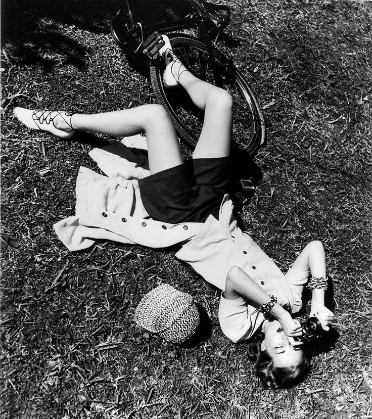 Il desiderio di scoprire, la voglia di emozionare, il gusto di catturare, tre concetti che riassumono l'arte della fotografia. ~ Helmut Newton       Liz Gibbons photographed by Louise Dahl-Wolfe, 1938