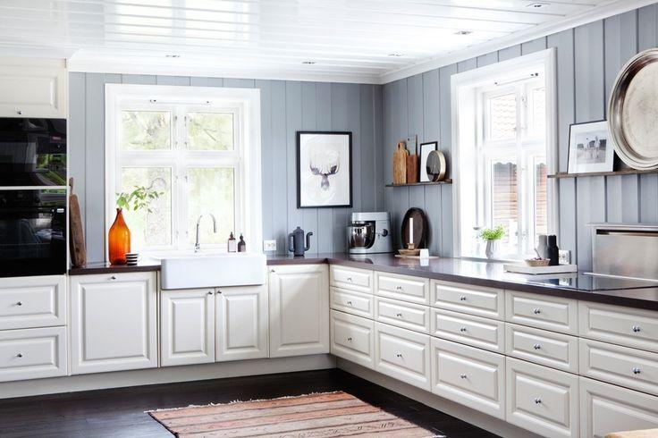 Ikke stilen, bare kombinasjonen av farger, grått, hvitt og mørkere, samt at hylle på vegg.