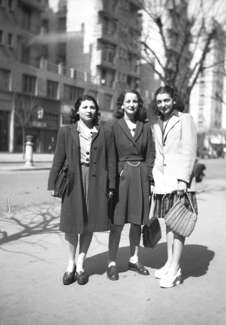 Trois jeunes femmes à la mode, années 40