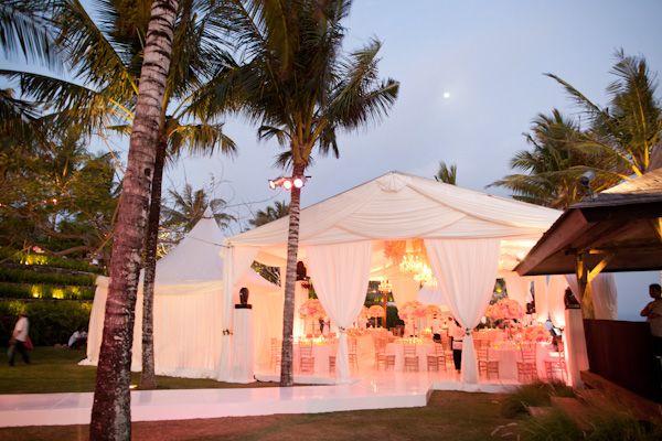 Imaginez votre mariage dans un cadre magnifique, sous une grande tente, et que vous célébrez votre amour au coucher du soleil.