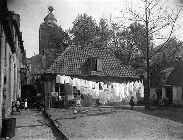 Mariastraat | Jaren 20 | Voorheen de Bakkerspoort (bij Huis Zoudenbalch) Op achtergrond de toren van de Buurkerk