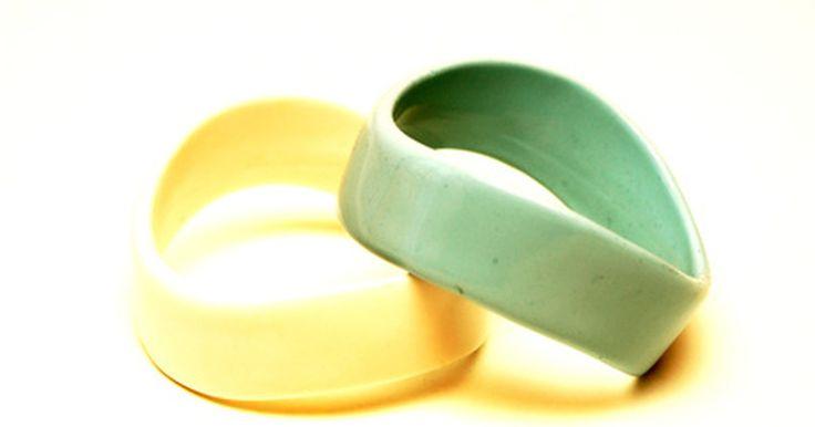 """¿Qué significan los colores de las pulseras de goma?. Las pulseras de goma, hechas de anillos o bandas de goma, se hicieron populares como parte del movimiento contra la joyería. Las pulseras de goma de color o """"pulseras jalea"""" entraban y salían de la moda a lo largo de la década de 1990, pero el éxito de la pulsera amarilla Livestrong de la Fundación Lance Armstrong, por primera vez presentada en ..."""