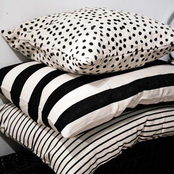 Kudde Blanca handvävd med svart vita blockränder från Mira Maya Afroart. | Blackballoon.se