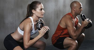 """MIÉRT JÓ A HIIT? azaz a magas intenzitású intervallum edzés?    Ha már hallottál a HIIT-ről, biztosan tudod, hogy egy nagyon egyszerű, mégis szuper hatékony edzésmódszerről van szó. A rövidítés a """"high-intensity interval training""""-et, azaz a magas intenzitású intervallum edzést takarja. Ez tulajdonképpen egy olyan edzést jelent, ahol rövid, ám nagyon intenzív és kevésbé intenzív, vagy akár teljes pihenő szakaszok váltogatják egymást"""