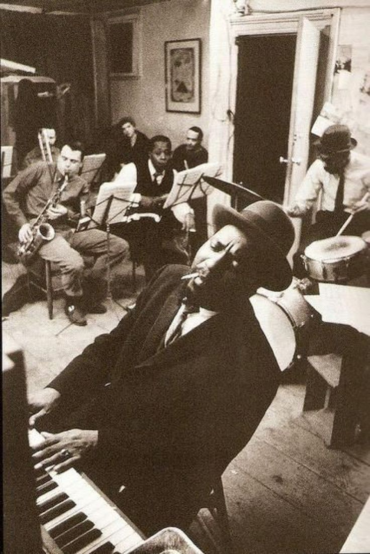 Thelonious Monk (1959) Rehearsing in a New York loft with saxophonists Phil Woods and Charlie Rouse. @HistoryInPix
