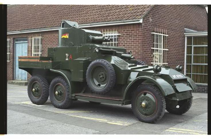 Een Lanchester Mark II armoured car met volle wielen.