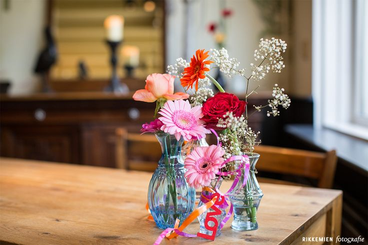 Weddingstyling, de versiering, aankleding tijdens een bruiloft. gerbera, gerbera's, rood, roos, rozen, rose, bloem, bloemen, gipskruid, wit, roze, stoel, flowers, flower, vaasje, vaasjes, love, doorzichtig, trouwlocatie, lint, kaars, oranje, Geesberge, Maarssen, water, sfeervol, fleurig, kleurrijk, feestelijk, trouwen, huwelijk, bruidsfotograaf, bruidsfotografie, trouwreportage, bruiloft, kandelaar, kandelaars, kaarsen, decoratie http://www.rikkemienfotografie.nl/