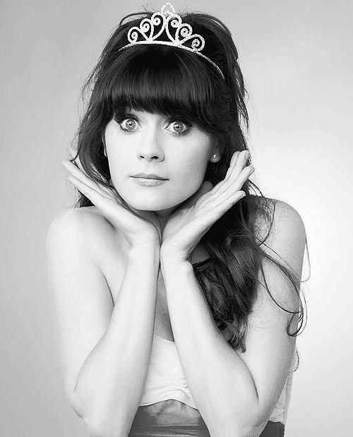 "Zooey Deschanel love her she sings her band is called ""Her and Him"".Love her show too."
