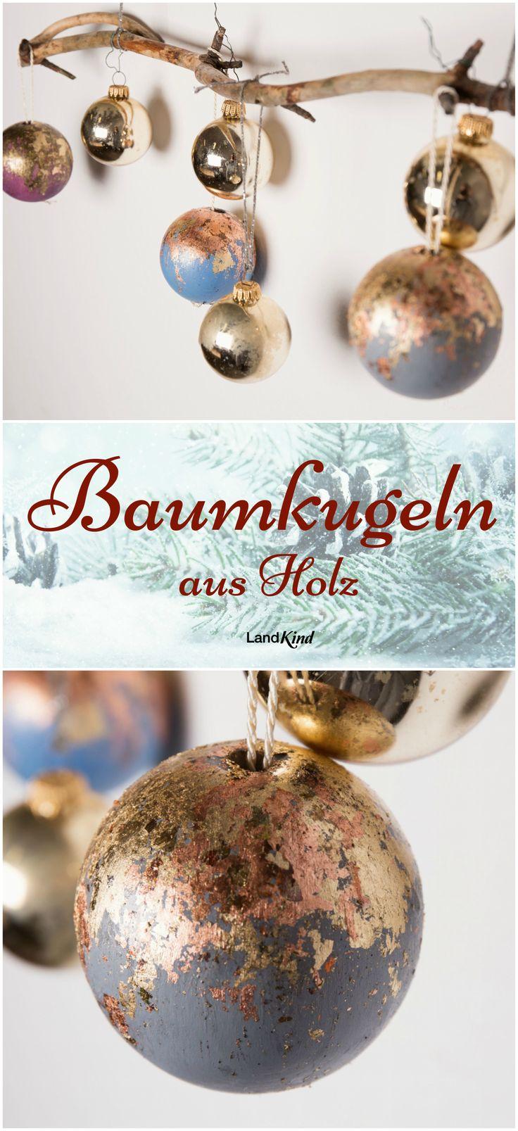 """Zu Weihnachten darf alles glitzern und funkeln. Mit Blattmetallflocken wird aus einfachen Holzkugeln bezaubernder Weihnachtsschmuck. Die einfache Bastelanleitung gibt's im LandKind Spezial """"Basteln & Dekorieren""""."""