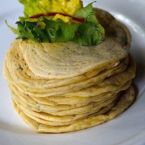 1 sz ugotow.kaszy jagl;6 ł mąki z ciecierz; 4 ły maki ziemn; jajko+olej/oliwa (kilka ł); 2 ł podprażonego sezamu+czarnuszka(1–1,5 łyż); kmin rzym(1/2 łyż lub do smaku); sól. Kaszę+mąki zmiksuj z jajem+wod (konsyst niezbyt gęstej śmietany+olej+przypraw.Dodac sezam czarnuszke, podprażaj na niezbyt gorącej patelni (pierwszą partię usmaż na patelni z niewielką ilością oleju, kolejne bez tłuszczu).Na patelnię kulistymi ruchami by osiągnąć cieniutki placek.Po ścięciu się górnej warstwy obróć na…