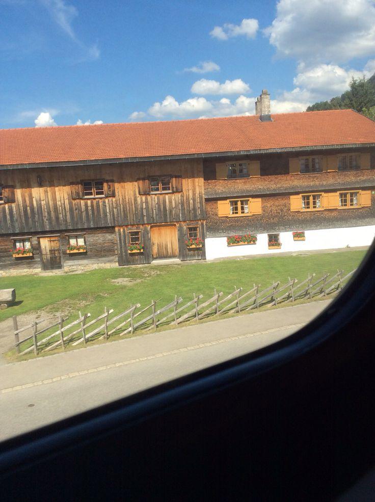 ARCHITEKTUR REGIONAL :: Blicke aus dem fahrenden Zug in Richtung Bodensee. Holz und Grün.