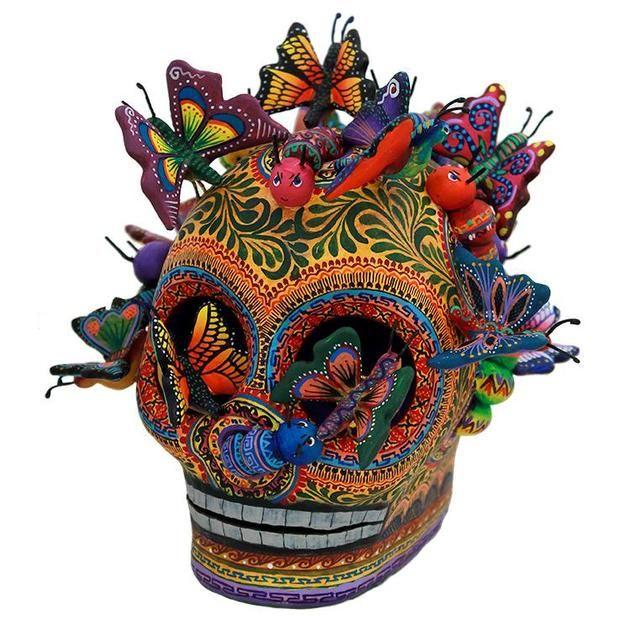 fête des morts et crâne en sucre muticolore avec papillons décoratifs