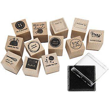 "Set de tamponsen bois ""handmade"", set de 12 tampons et d´un tampon encreur,motifs : made by me, handmade, do it yourself, made with love, homecooked.. Dimensions tampon : 2 x 2 cm, hauteur : 3 cm, dimensions tampon encreur : 3,5 x 3,5 cm. Set de 13 pièces."