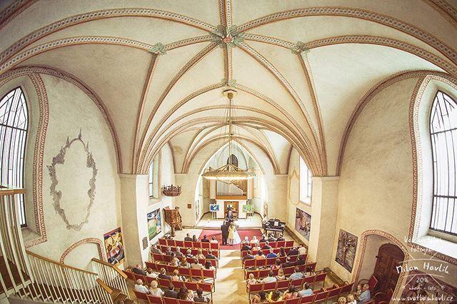 Koncertní a výstavní síň Nejsvětější Trojice v Písku se pro svatební obřady otevírá tak třikrát do roka... Jsem moc rád, že jsem se tam letos podíval i já. Děkuji moc Andree a Mírovi, že jsem mohl být fotografem na jejich skvělé svatbě... #svatba #wedding #svatebnifoto #weddingphoto #svatebnifotograf #weddingphotographer #czechwedding #czech #czechphotographer #czechweddingphotographer #nevesta #zenich #pisek #svatbavpisku #jihoceskasvatba #obradnisin #klenutystrop #kdyzjepracezabava…