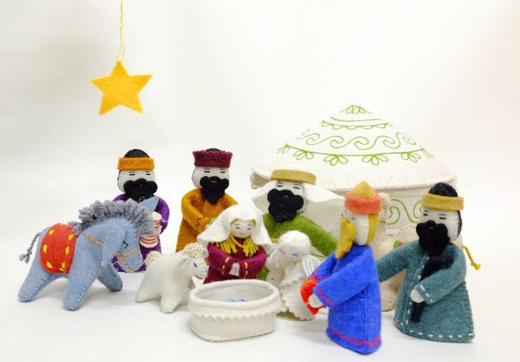 フェルトのユルタに収納可能な、キリスト降誕の様子を再現するクリスマスの置物セット。 三賢者がベツレヘムの星を辿り来て、キリスト誕生に立ち会う場面を再現するクリスマスの置物セット。ドイツではクリッペと呼ばれ各家庭で飾られます。  サイズ:18 cm x 11 cm x 5 cm