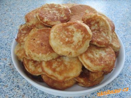 Cukr s vejci ušlehat, přidat mouku, prášek do pečiva, mléko a nakonec nastrouhaná jablka - pak smaží...