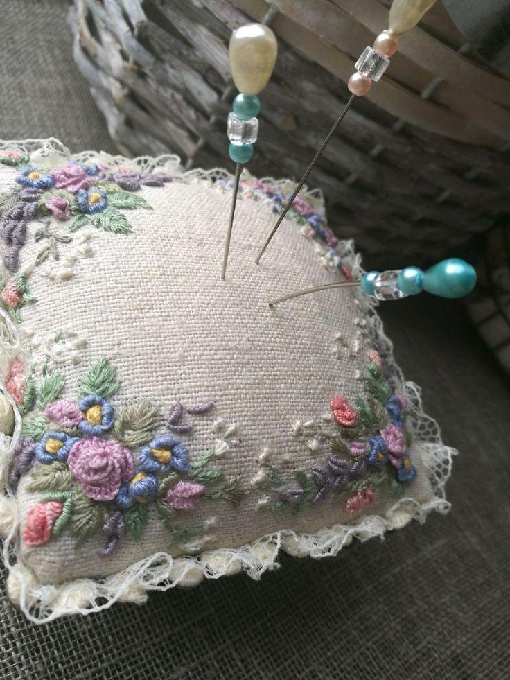 Купить или заказать Игольница в интернет-магазине на Ярмарке Мастеров. Игольница выполнена на металической подставке, в стиле винтаж,вышивка в постельных тонах на льняной ткане, в стиле рококо и бразильская вышивка. Прекрасный подарок для рукодельниц!