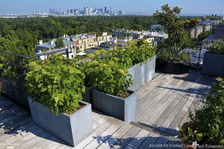 Terrasse en bois, avec des fleurs, des feuilles, des fruits, qui sont