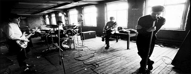 """She's lost control"", Joy Division    Διάλεξα ένα δίσκο και έβαλα τη βελόνα στο πικάπ. ""Αυτή έχασε τον έλεγχο"" και εγώ άναψα τσιγάρο. Μεταβιομηχανικό Μάντσεστερ, Αγγλία, 1976."