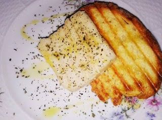 ψητό ψωμί με φέτα ψητή        Φυτικό τυρί ......απόαμύγδαλα   για τηννηστείακι οχιμόνο.....