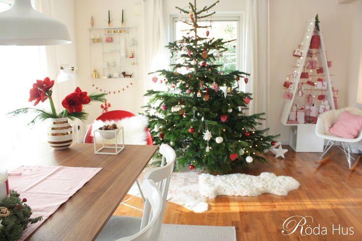 Hej meine Lieben, nun ist es bald soweit, morgen ist Heiligabend! Alle Einkäufe sind erledigt, der Baum ist geschmückt, unsere Urlaubstage beginnen und die Ferien der Kinder werden eingeläutet. Wir freuen uns schon sehr auf die erholsamen Feiertage mit der Familie! Die letzten Weihnachtsgrüße sind geschrieben & alle Päckchen eingepackt. Jetzt kann der besinnliche Teil beginnen! Auf mein Wandregal wurde ich bereits mehrfach angesprochen. Es ist von Bruka Design aus Schweden. Bestellt habe…