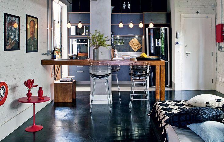 O arquiteto Renato Mendonça não hesitou em derrubar a parede entre a sala e a cozinha, truque usado muitas vezes em apartamentos pequenos como este, de 80 m². Uma bancada vazada auxilia no preparo de comida, sem bloquear o espaço