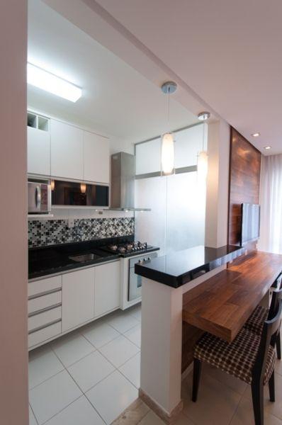 Essa é parecida com o modelo da sala/cozinha. Na cozinha, armários brancos com puxadores embutidos e pastilha preta na parede em cima da pia. Armário até o teto. Para dividir o ambiente gostaria de colocar armário (tipo balcão)