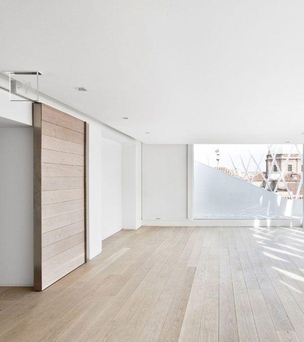 Een mooie strakke houten vloer met een bijpassende deur