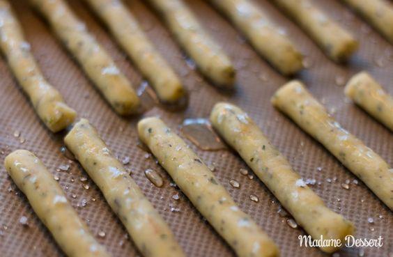 Der perfekte Partysnack: Herzhaft würzige Käsestangen mit Bergkäse und Oregano schmecken pur oder zu herzhaften Dips oder Antipasti.