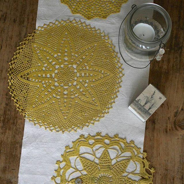 Mon premier essai de teinture naturelle sur des napperons anciens... un bain de teinture au curcuma puis un au thé.  Little Bocal