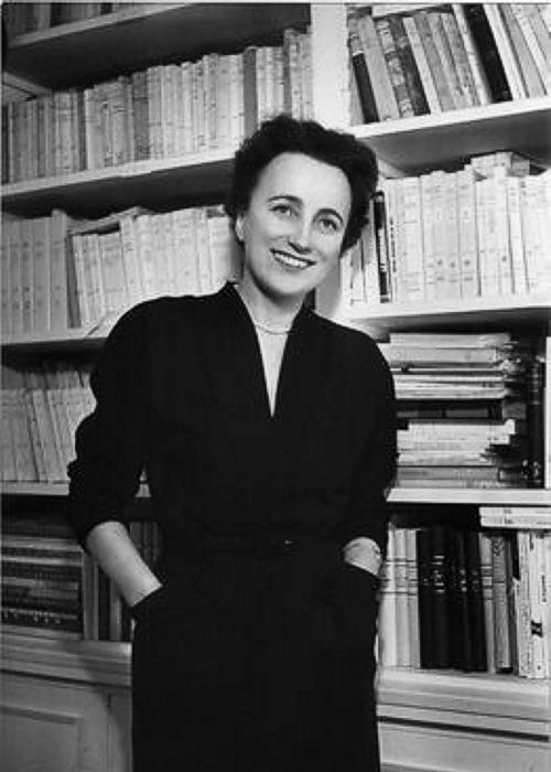 """Anne Desclos (1907-1998), escritora francesa cuyo principal seudónimo fue Dominique Aury con el que publicó """"Lecture pour tous"""" y centenares de ensayos. También publicó bajo el pseudónimo de Pauline Réage la novela por la que es hoy más conocida: """"Historia de O"""". #DíadelasEscritoras"""