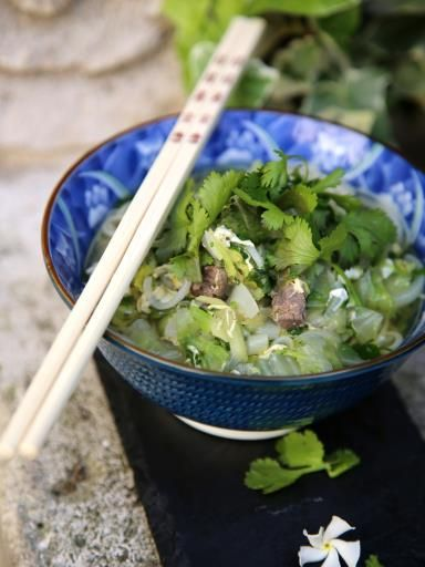 sauce soja, steak, gingembre, échalote, oignon nouveau, oeuf, ramen, harissa, cube de bouillon, chou chinois, coriandre, sauce Yakitori
