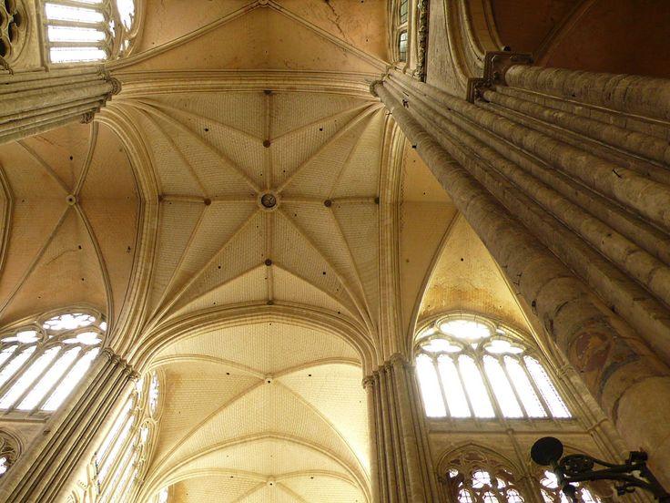 Dienstbündel welche über mehrere Stockwerke gehen und sich in die Decke auffächern. Kathedrale von Amiens, Frankreich