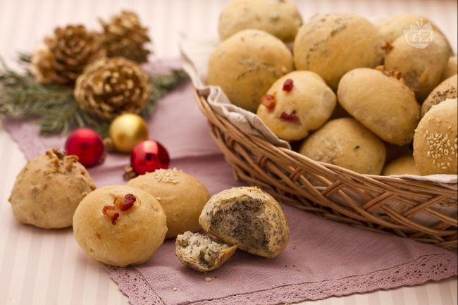 I panini delle feste sono dei piccoli bocconcini di pasta di pane mischiata a svariati ingredienti, che arricchiscono, rendendo gustoso e speciale, il pane sulla tavola imbandita a festa.