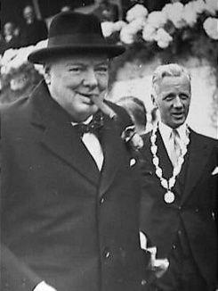 Op 24 januari 1965 overleed Winston Churchill. De groot staatsman en strateeg ontving een staatsbegrafenis. Bekijk hier filmbeelden in kleur van de plechtigheid, en van Churchills bezoek aan Nederland.