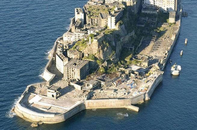 Hashima ligger cirka 15 kilometer sydväst om Nagasaki i Japan. På långt håll ser den 6,3 hektar lilla ön ut som ett gammalt slagskepp, därav smeknamnet The Battleship Island.