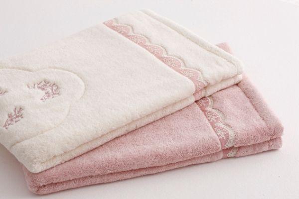 Kúpeľňová predložka BUKET v rozmere 50 x 90 cm, vyrobená z kvalitnej 100% česanej egejskej bavlny je elegantná v každom okamihu.