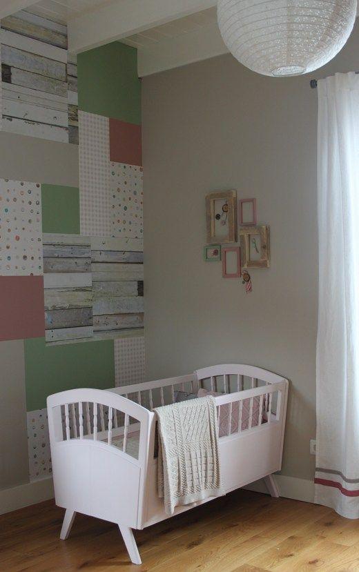 Voor de slaapkamer van onze jongste dochter hebben we als uitgangspunt het sloophoutbehang en knoopjesbehang van Studio Ditte gebruikt, waarna we de knoopjes, het grove hout en deze kleuren doorgevoerd hebben in heel de babykamer.